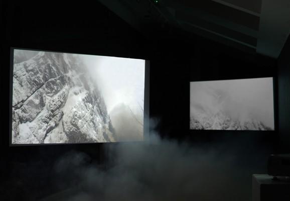 A Spectacular Form of Amnesia, Amanda Rice 2013, Videoinstallation mit Nebelmaschine