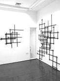 Copyright Sarah Lundy, 2012. Schwarze Gitterstrukturen an Wand, Größe variabel.