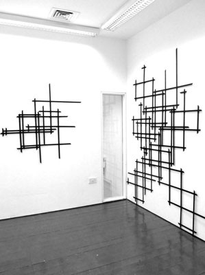 Strategic Belief, Sarah Lundy, 2012. Schwarze Gitterstrukturen an Wand, Größe variabel.