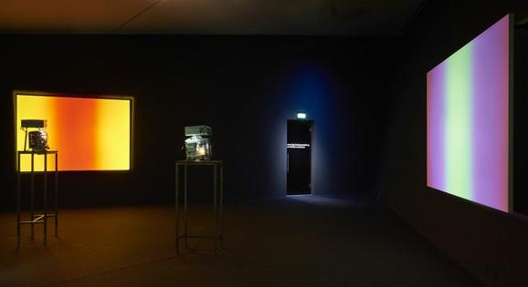 Available Light Series, Ausstellungsansicht EYE Filmmmuseum Amsterdam 2016. Drei 16 mm Filmprojektoren, Fotos: Studio Hans Wilschut, Courtesy EYE Filmmuseum