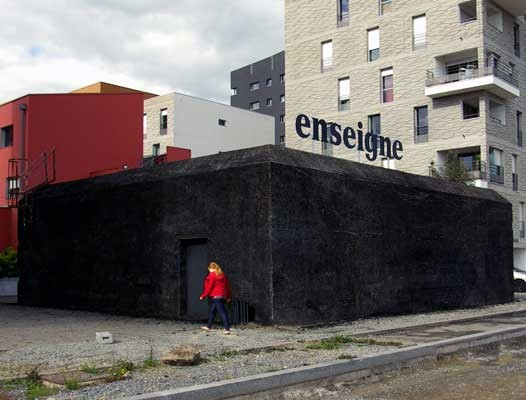 ENSEIGNE, Perrine Lacroix, Wände mit Holzkohle geschwärzt, Nantes 2013